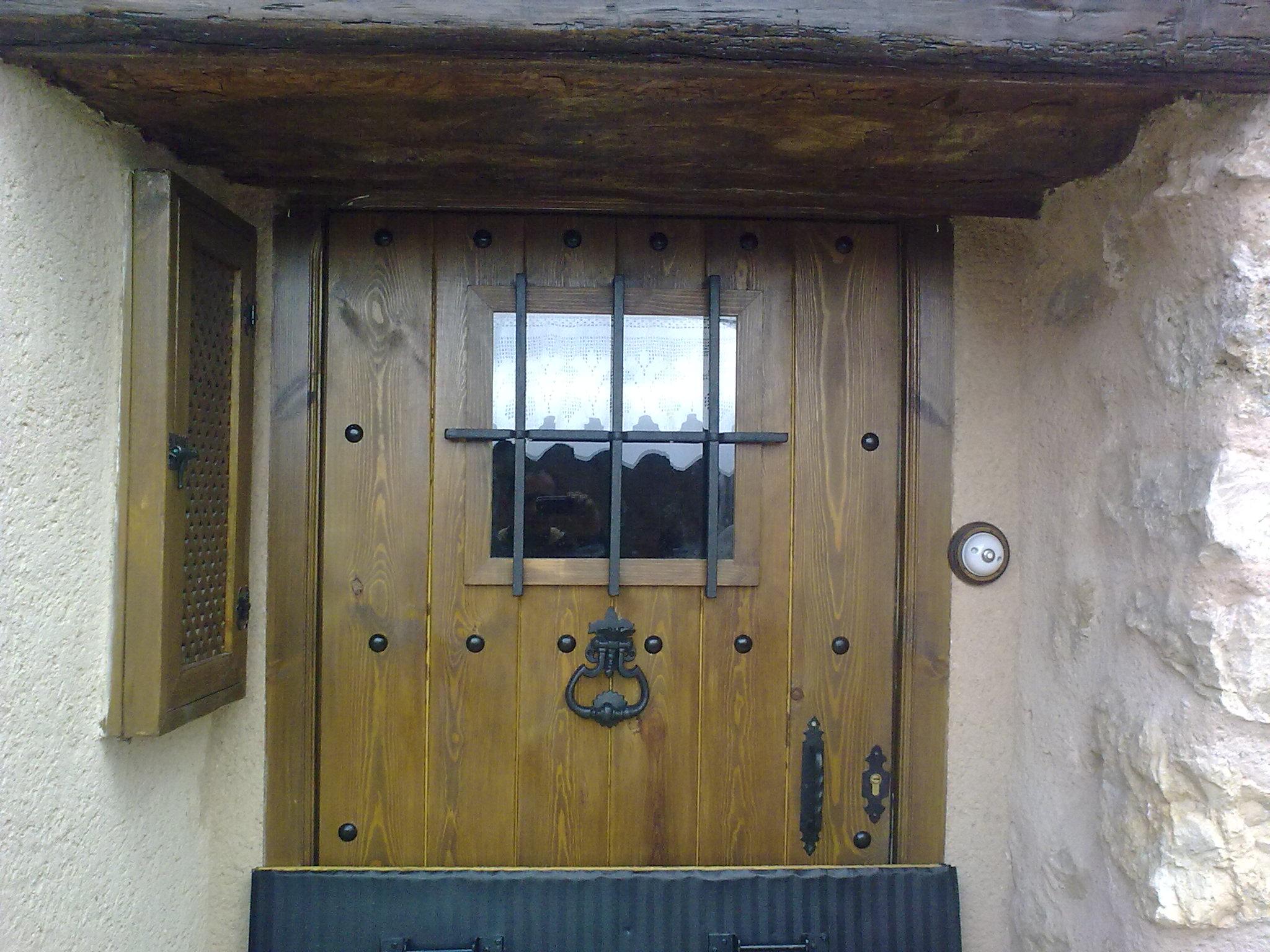 Puertas y ventanas de madera rusticas awesome puertas y for Puerta madera rustica