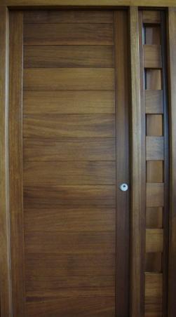 Puerta fabricada en madera maciza de iroko para exterior for Puertas de madera maciza exterior