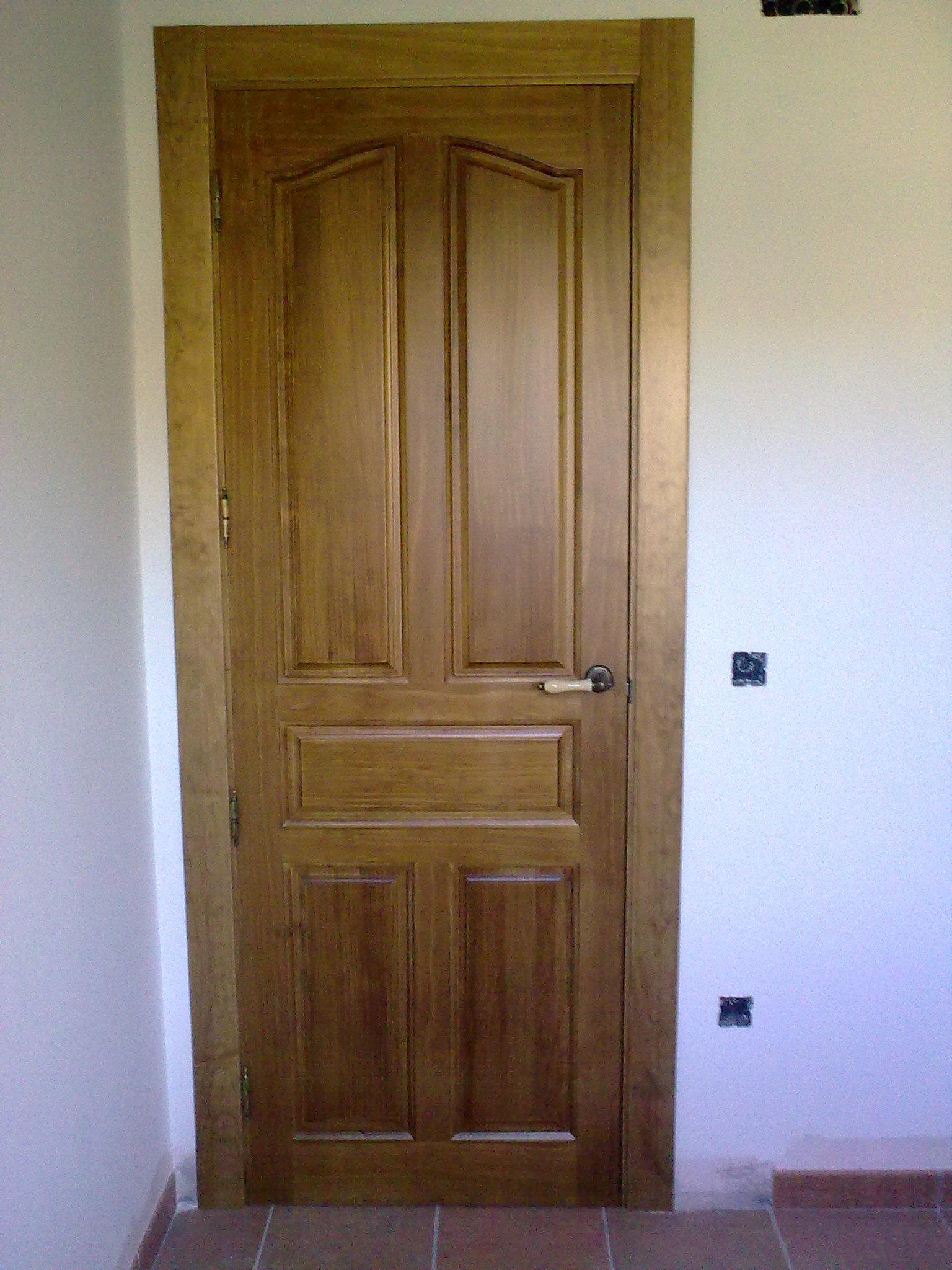 Puerta 5 tableros provenzal pino macizo nogal claro for Puertas rusticas de interior baratas
